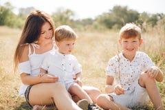 Mère avec deux fils Photos libres de droits