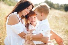 Mère avec deux fils Photographie stock libre de droits