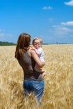 Mère avec l'enfant à la zone de blé Photo stock