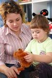 Mère avec l'enfant avec le jouet mou Photos libres de droits