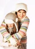 Mère avec l'enfant dans des chapeaux d'hiver Photographie stock