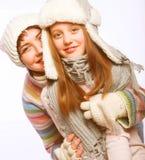 Mère avec l'enfant dans des chapeaux d'hiver Image stock
