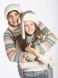 Mère avec l'enfant dans des chapeaux d'hiver Images stock