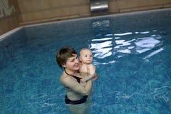 Mère avec l'enfant dans la piscine Image libre de droits