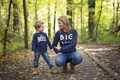 Mère avec l'enfant dans la saison d'automne Photographie stock