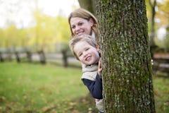 Mère avec l'enfant dans la saison d'automne Images libres de droits