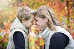 Mère avec l'enfant dans la saison d'automne Photo libre de droits