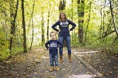 Mère avec l'enfant dans la saison d'automne Images stock