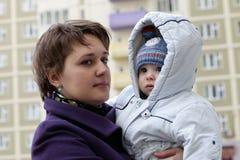 Mère avec l'enfant dans les zones résidentielles Photos stock