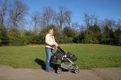 Mère avec l'enfant en stationnement photos libres de droits