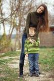 Mère avec l'enfant extérieur Photo libre de droits