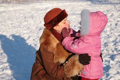 Mère avec l'enfant extérieur en hiver Photo libre de droits