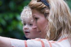 Mère avec l'enfant heureux image libre de droits