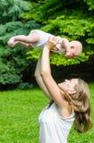 Mère avec l'enfant nouveau-né Images libres de droits