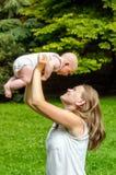 Mère avec l'enfant nouveau-né Image libre de droits