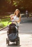 Mère avec l'enfant nouveau-né images stock