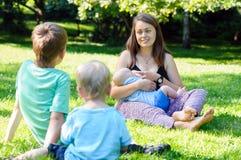Mère avec l'enfant nouveau-né et le fils Image stock