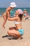 Mère avec l'enfant sur une plage photo libre de droits