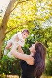 Mère avec la chéri à à l'extérieur Images libres de droits