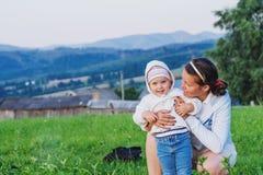 Mère avec la chéri photographie stock libre de droits