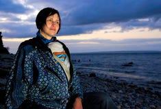 Mère avec la chéri dans l'élingue par la mer Photographie stock