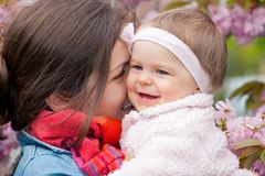 Mère avec la chéri dans le jardin Photos libres de droits