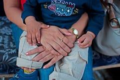 Mère avec la chéri dans les genoux Photos stock