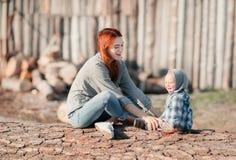 Mère avec la chéri en nature Photographie stock libre de droits