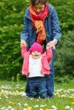 Mère avec la chéri en stationnement Photographie stock libre de droits