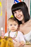 Mère avec la chéri et le gâteau d'anniversaire de 1 an Image libre de droits
