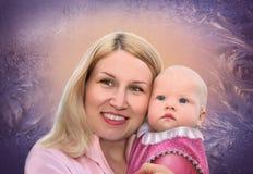 Mère avec la chéri sur le collage gelé d'hublot photo libre de droits