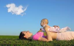 Mère avec la chéri sur le coucher du soleil Photos stock