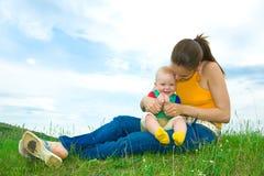 Mère avec la chéri sur le pré Photo stock