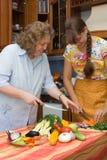 Mère avec la cuisson de descendant Photo stock