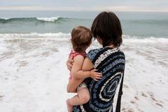 Mère avec la fille au-dessus de l'océan Photos libres de droits