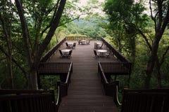 Mère avec la fille détendant sur la terrasse avec la belle vue de jungle photos libres de droits