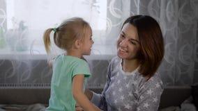 Mère avec la fille dans la chambre depuis le matin Le bébé blond joue au sujet de et joué ainsi que la fille clips vidéos