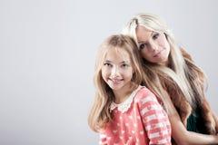 Mère avec la fille dans le studio Photos stock