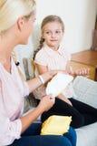 Mère avec la fille discutant les règles et le produc sanitaire image stock