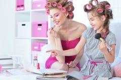 Mère avec la fille mignonne faisant le maquillage Photos stock