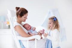 Mère avec la fille nouveau-née de bébé et d'enfant en bas âge photo libre de droits