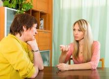 Mère avec la fille parlant sérieusement Images libres de droits
