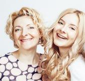 Mère avec la fille posant ensemble le sourire heureux d'isolement sur le fond blanc avec le copyspace, concept de personnes de mo Photographie stock