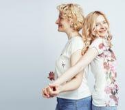 Mère avec la fille posant ensemble le sourire heureux d'isolement sur le fond blanc avec le copyspace, concept de personnes de mo Photographie stock libre de droits