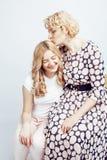 Mère avec la fille posant ensemble le sourire heureux d'isolement sur le fond blanc avec le copyspace, concept de personnes de mo Image libre de droits