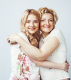 Mère avec la fille posant ensemble le sourire heureux d'isolement sur le fond blanc avec le copyspace, concept de personnes de mo Photos stock