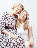 Mère avec la fille posant ensemble le sourire heureux d'isolement sur le fond blanc avec le copyspace, concept de personnes de mo Photos libres de droits