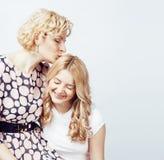 Mère avec la fille posant ensemble le sourire heureux d'isolement sur le fond blanc avec le copyspace, concept de personnes de mo Images stock