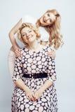 Mère avec la fille posant ensemble le sourire heureux d'isolement sur le fond blanc avec le copyspace, concept de personnes de mo Image stock