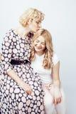 Mère avec la fille posant ensemble le sourire heureux d'isolement sur W Photographie stock libre de droits